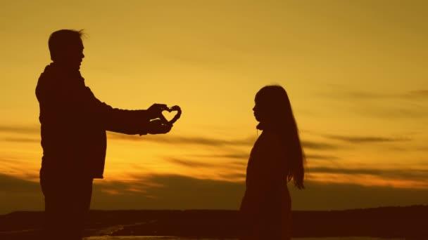 Táta dává jeho dcera toto srdce, které vaše prsa