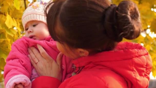Žena má dítě v pažích a úsměvy