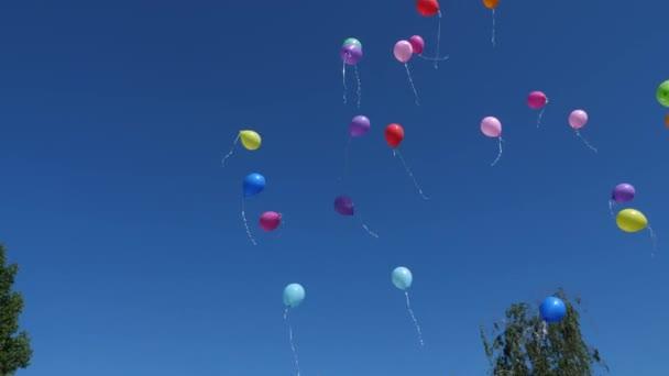 krásné heliové balónky létají vzduchem. Ve vzduchu létá mnoho barevných balónků. dovolená koncept