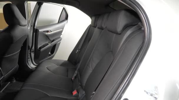 krásný vzhled interiéru pro kožené auto. Černé kožené potahy v autě. Umělá kožená zadní sedadla v autě. krásný vzhled interiéru pro kožené auto. Luxusní kožené sedačky v autě. Pomalé