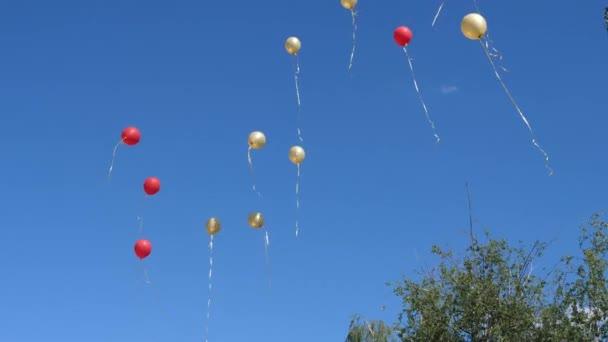 schöne Heliumballons fliegen durch die Luft. viele bunte Ballons, die in der Luft fliegen. Urlaubskonzept