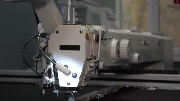 Nähmaschinensteuerung. Nähautomaten. automatisierte Maschinenstickerei. cnc robotics arbeitet an der Nähfertigungslinie. Nähmaschinen-Roboter.