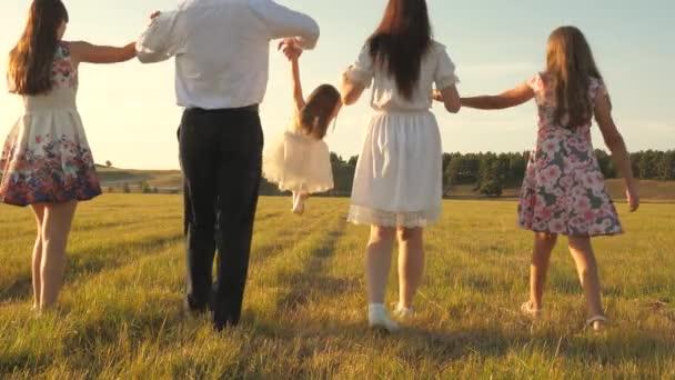 koncepce šťastné rodiny. Děti a máma si hrají na louce. matka a dcerka se sestrami procházející se v parku. Šťastná mladá rodina s dítětem na letním hřišti. šťastný rodinný koncept.