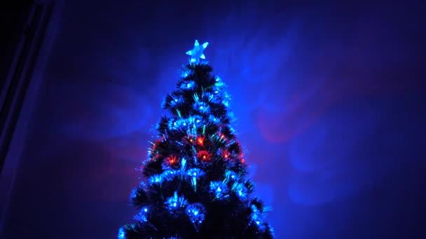 krásný vánoční stromek v pokoji, zdobený zářivým věncem a hvězdou. dovolená pro děti i dospělé. Nový rok 2020 nálada. Vánoční stromek, veselé svátky. Vánoční interiér.