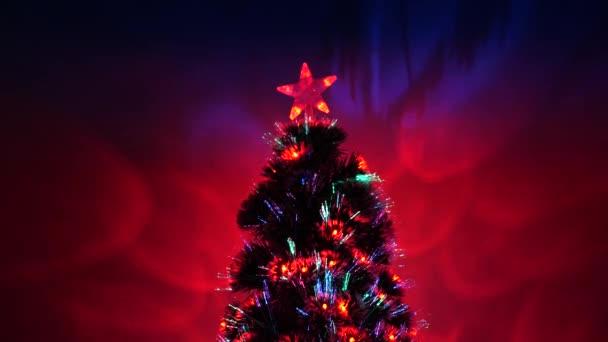 Vánoční stromek, veselé svátky. Vánoční interiér. krásný vánoční stromek v pokoji, zdobený zářivým věncem a hvězdou. dovolená pro děti i dospělé. Nový rok 2020 nálada.