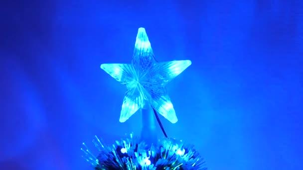 krásná vánoční hvězda zářící na vánoční stromeček. Nový rok 2020 nálada. Vánoční stromek, veselé svátky. Vánoční interiér. dovolená pro děti a dospělé.