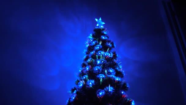 krásný vánoční stromek v pokoji, zdobený zářivým věncem a hvězdou. dovolená pro děti i dospělé. Nový rok. Vánoční stromek, veselé svátky. Vánoční interiér.
