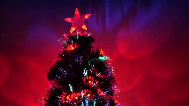 Nový rok. Vánoční stromek, veselé svátky. Vánoční interiér. krásný vánoční stromek v pokoji, zdobený zářivým věncem a hvězdou. dovolená pro děti a dospělé.