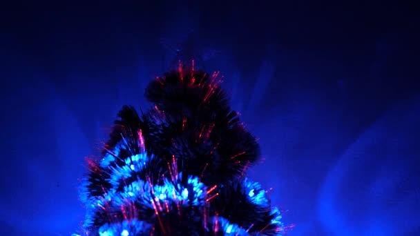 krásný vánoční stromek v pokoji, zdobený zářivým věncem a hvězdou. Nový rok. Vánoční stromek, veselé svátky. Vánoční interiér. dovolená pro děti a dospělé.