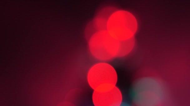 krásný pestrobarevný bokeh vánočního stromečku v pokoji, zdobený zářivým věncem a hvězdou. dovolená pro děti i dospělé. Nový rok. Vánoční stromek, veselé svátky. Vánoční interiér.