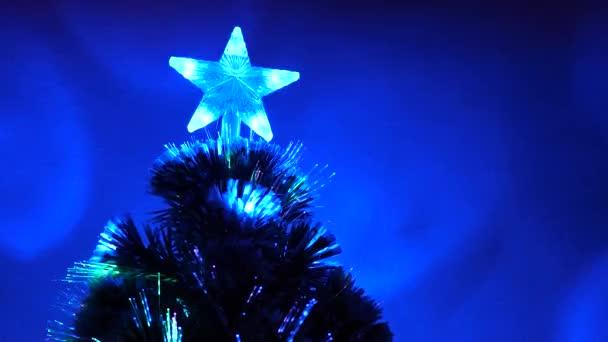 Vánoční stromek, veselé svátky. Nový rok 2020 nálada. Vánoční interiér. krásný vánoční stromek v pokoji, zdobený zářivým věncem a hvězdou. dovolená pro děti a dospělé.