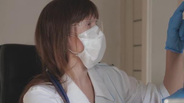 Coronavirus-Pandemie, Lungenentzündung. Die niedergelassene Kinderärztin untersucht eine Röntgenaufnahme einer Patientin in einem Krankenhaus. Der Arzt arbeitet im Krankenhaus. Medizinische Versorgung und Gesundheitskonzept.