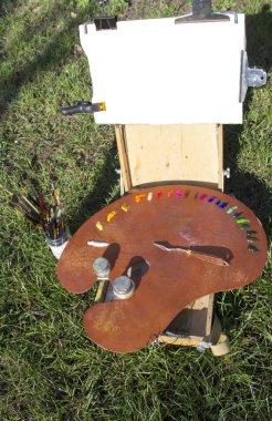 """Картина, постер, плакат, фотообои """"Пленэр Sketchbook Этюд для картины. Палитра с разноцветными красками и Мастихин лежит на палитре. Белый холст для текста, изображений. Пленарное заседание, творчество, Хобби, вдохновение, гармония."""", артикул 192816624"""