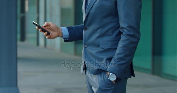 podnikatel pomocí mobilního telefonu