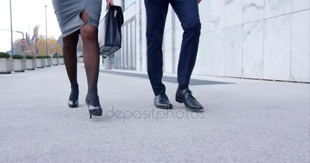 muž a žena jít do práce
