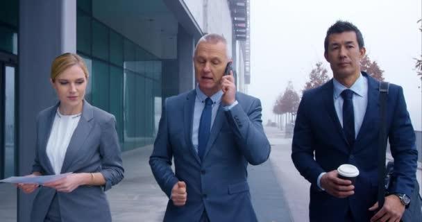 Obchodní konverzace při chůzi do kanceláře