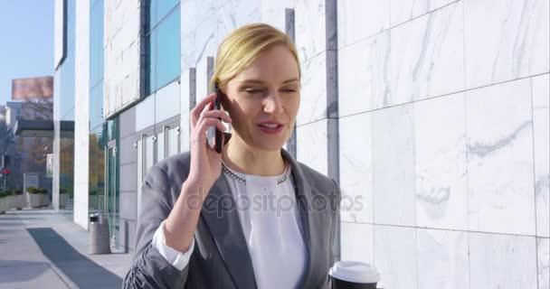 Geschäftsfrau spricht auf Handy