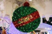 Seasons Greetings testo decorato sul verde rosso Natale decorati