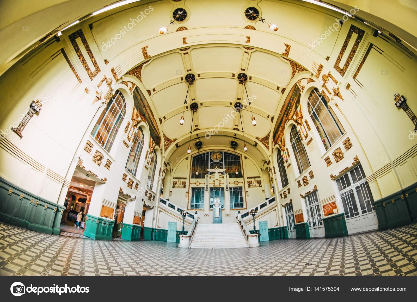 Vordere Haupthalle des Witebsker Bahnhof, das historische Interieur ...