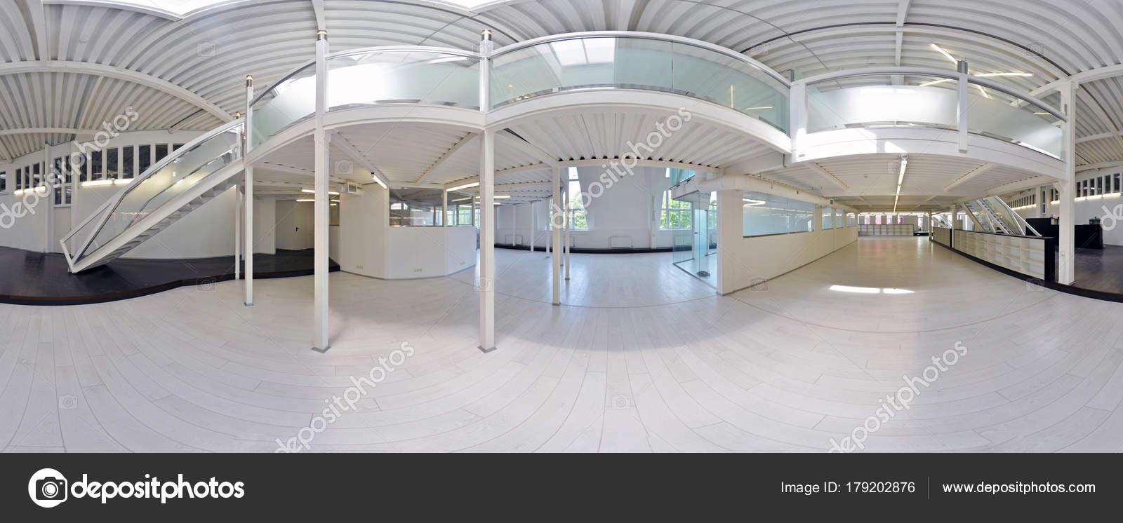 ... Panorama Im Inneren Leere Korridor Zimmer In Hellen Farben Mit Treppen  Und Metallstrukturen Mit Designer Fenster Und Beleuchtung. Russland,  Moskau, 3.