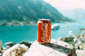Konzervované Coca cola na skále