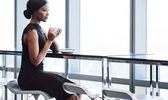 Fotografie schwarze Frau sitzen auf großen Fensterplatz Barstuhl