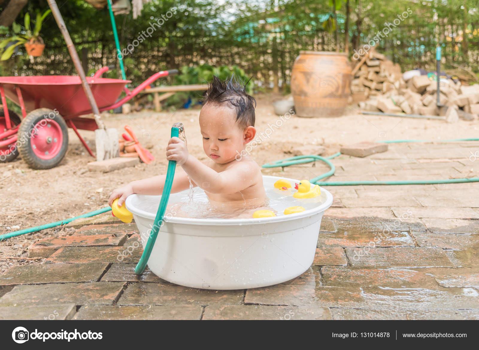Vasca Da Bagno Neonato : Vista superiore neonato asiatico allaperto bagnarsi dentro la vasca