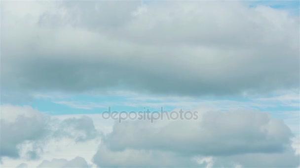 Mraky na modré obloze pan 1080. Fotoaparát přesunout zobrazení bílé mraky na modré obloze jen skyscape pomalu panoramatickým záběrem video ukázka. Inovace bůh nebe sny nový koncept meditace začátek života