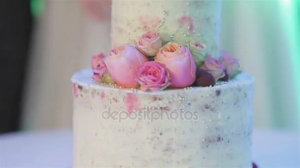 Decoraç u00e3o de bolo de casamento bonito com flores rosas naturais e bagas close up Arranjo de  -> Decoração De Bolo Com Flor Natural