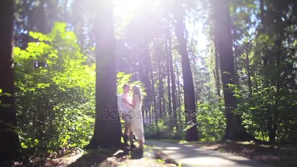 Muž a žena v parku nebo v lese mezi stromy. Má rande v přírodě tilt-shift. Mladý pár objetí opřený o strom. Romantické vzpomínky něhy vztah milostný příběh