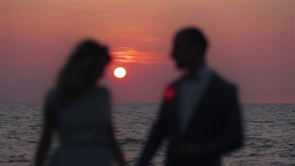56c72a4676 Pareja cogidos de la mano en el mar al atardecer fondo amor silueta de  cerca. Luna de miel hombre y mujer soporte desenfoque irreconocible posando  en la ...