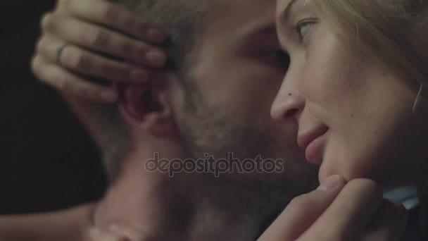 Pár má sladké chvíle hladit navzájem intimní scénu hlavou zblízka. Milenci se mazlit, líbat. Mladá žena běh dotknu milenci vlasy hladí jeho ucha a muž přítelkyně nos