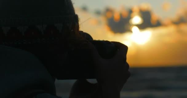 Hände halten lange Objektiv Dslr Aufnahmen Sonnenuntergang Himmel zusätzliche schließen sich abhebt. Kein Gesicht Teenagerin Seitenansicht nimmt Bild mit Prozessionsweg Foto Kamera Fokussierung auf Sucher Wind weht Haar