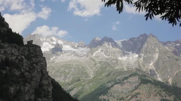Mont Blanc horského masivu údolí zobrazit málo sněhu na obloze nejvyšší mraky větrno. V létě krajina ledovec kryté jarní vodopád stezky vidět ze severní strany italského města Courmayeur, Aosta