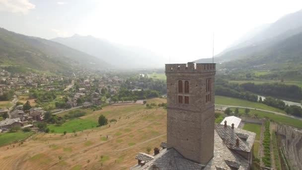 4 k vecchio castello fortezza nella Alpi montagne città aerea circonduzione vista dallalto. Volare in giro Castello reale di Sarre nel patrimonio storico dellUE Italia Valle di Aosta. Antica torre medievale sul pendio di una collina verde e Valle