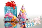 Still life párty věcí: dárek, Serpentine, konfety, klobouky