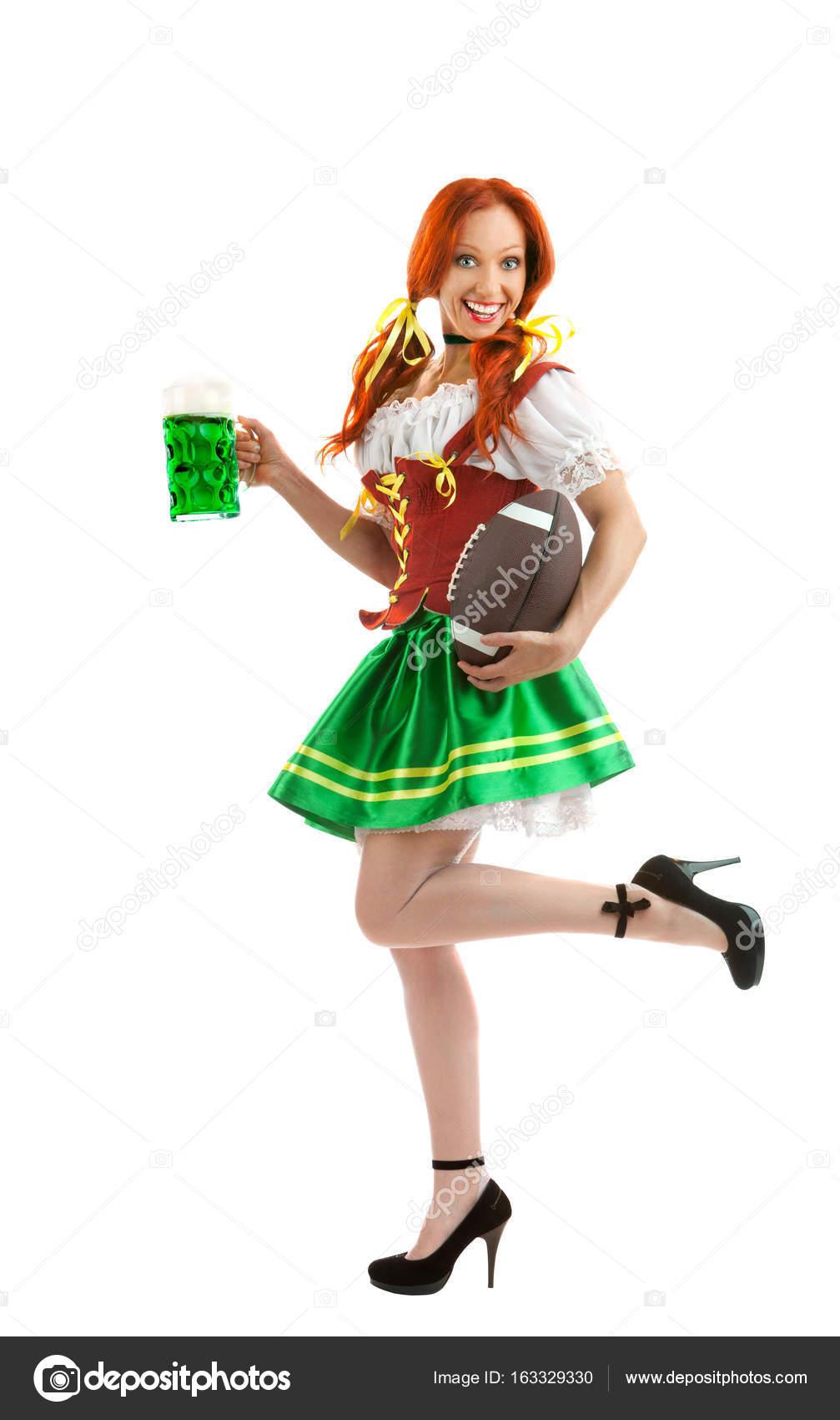 cerveza típico de el sosteniendo traje en feliz vaso Whi Mujer en un 4Haqf
