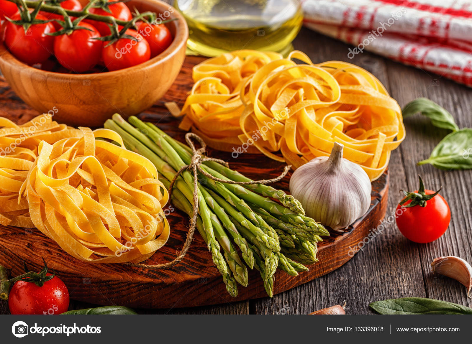 Prodotti per la cucina - asparagi freschi, pasta, olio d\'oliva ...