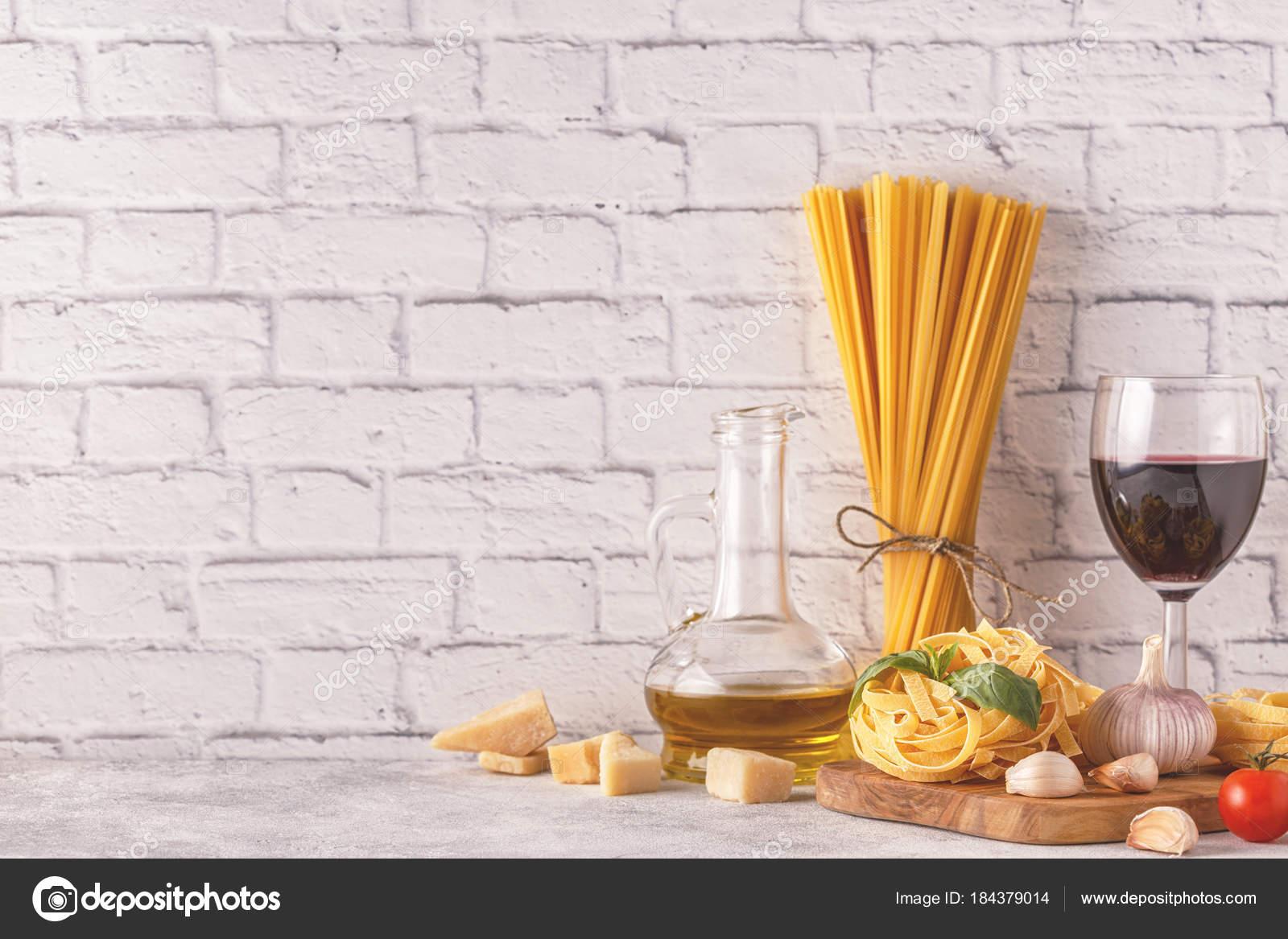 Prodotti per la cucina - pasta, pomodori, aglio, olio d\'oliva ...