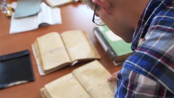 Nahaufnahme von männlichen Händen spiegeln Dokumente in der Verwaltung