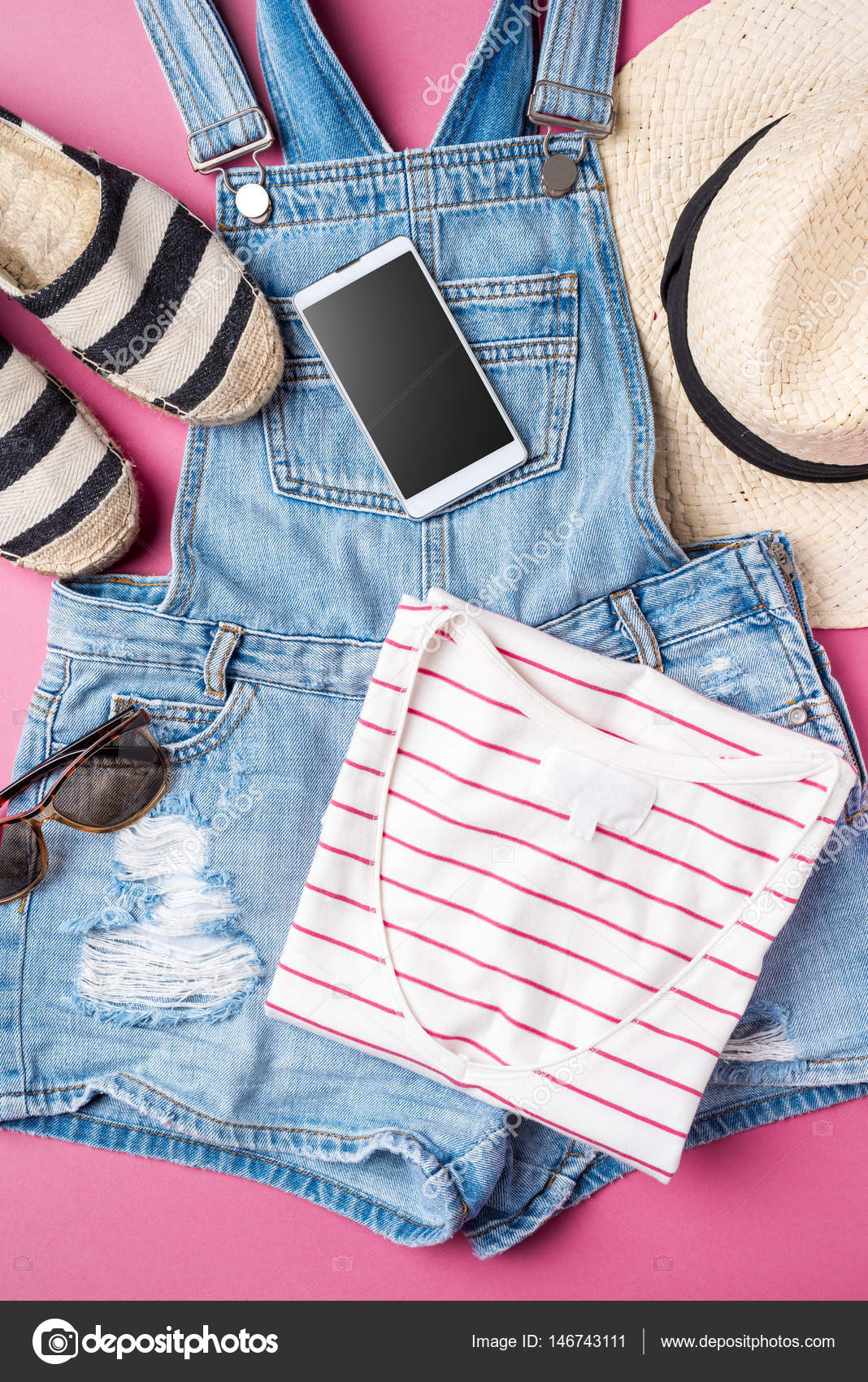 608ca01b9471 Casual Γυναικεία ρούχα. Καλοκαίρι μόδα φόντο — Φωτογραφία Αρχείου ...