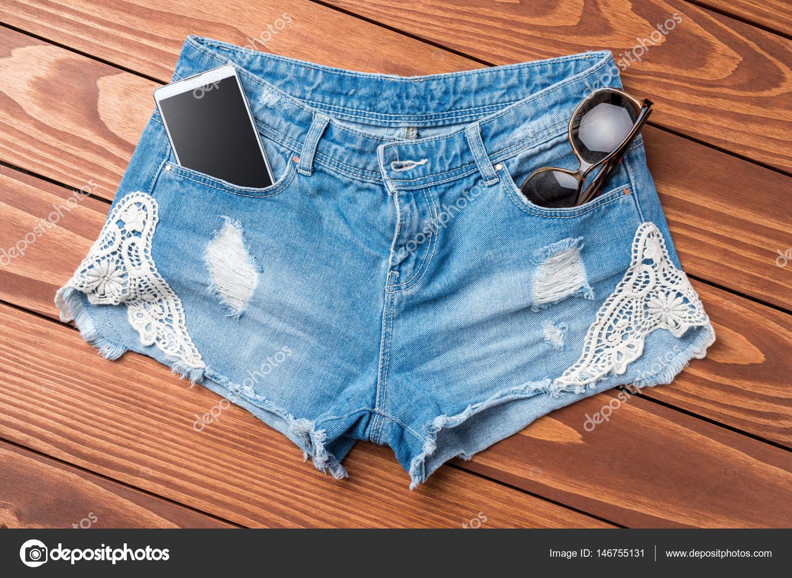 b014582e2e Pantalones Cortos Jeans Mujer Mesa Madera — Foto de stock ...