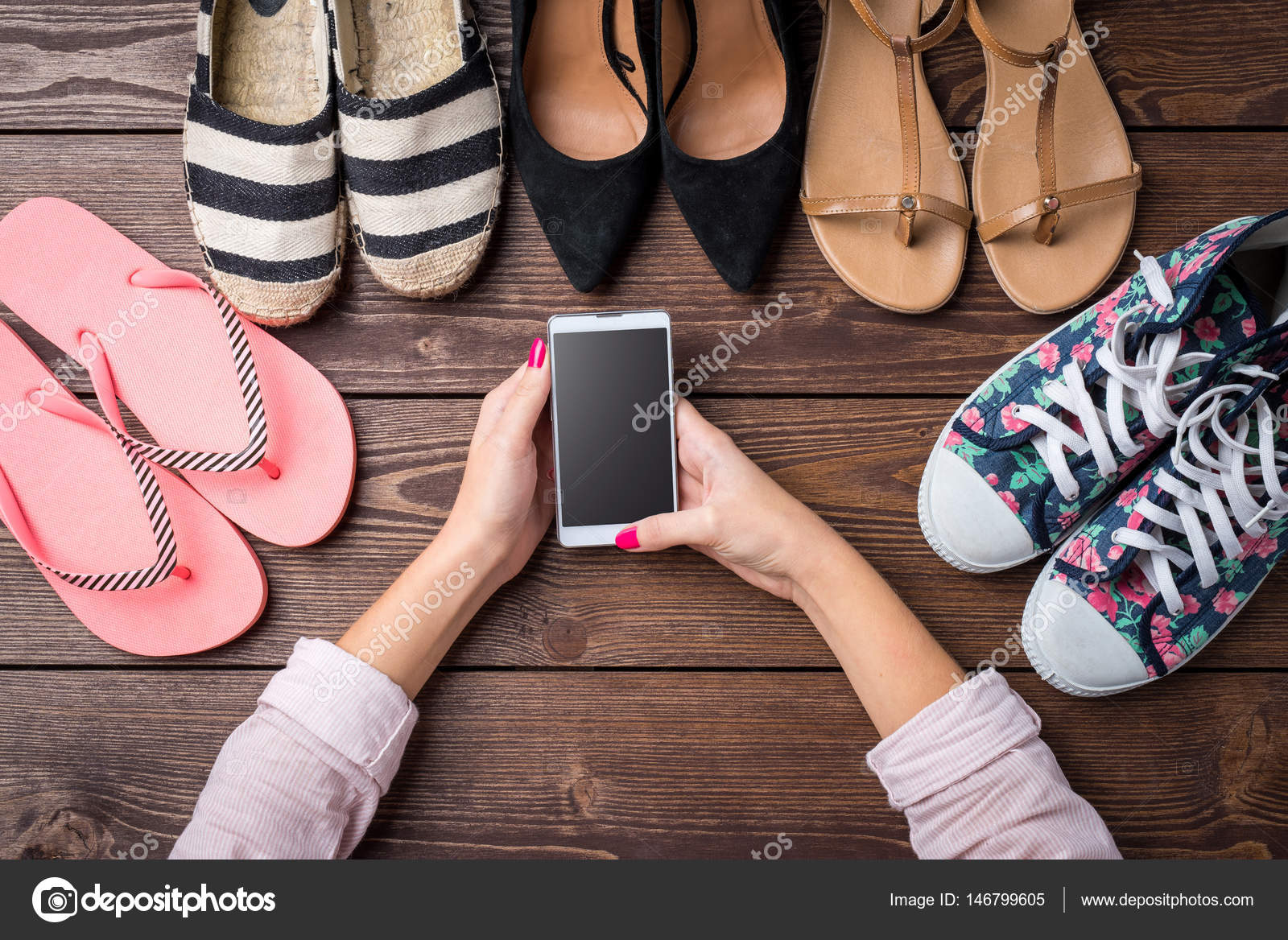 58ef97dd4 Coleção Sapatos Femininos Mesa Madeira Com Mãos Mulher Usando Telefone —  Fotografia de Stock