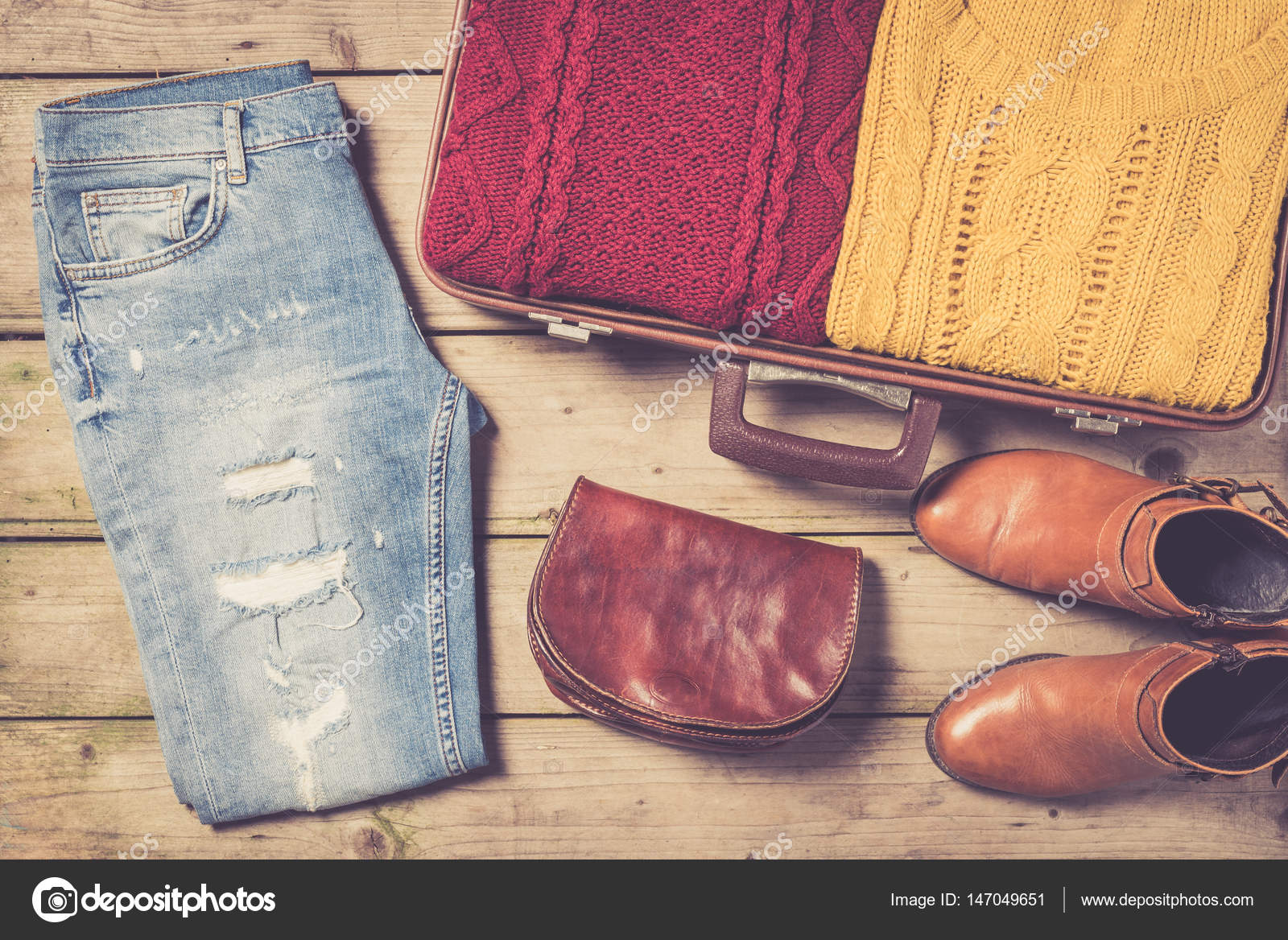 78b1149f0dd0 Ανοιχτό βαλίτσα με casual Γυναικεία ρούχα — Φωτογραφία Αρχείου ...