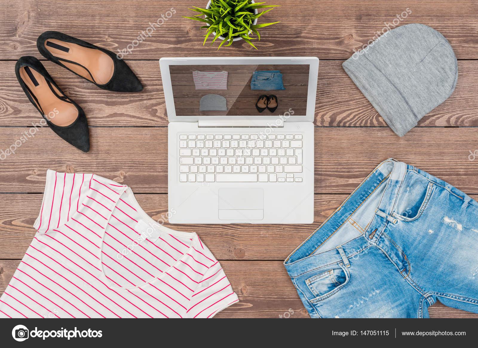 17a27f4af497 Online αγορές έννοια με casual Γυναικεία ρούχα — Φωτογραφία Αρχείου ...
