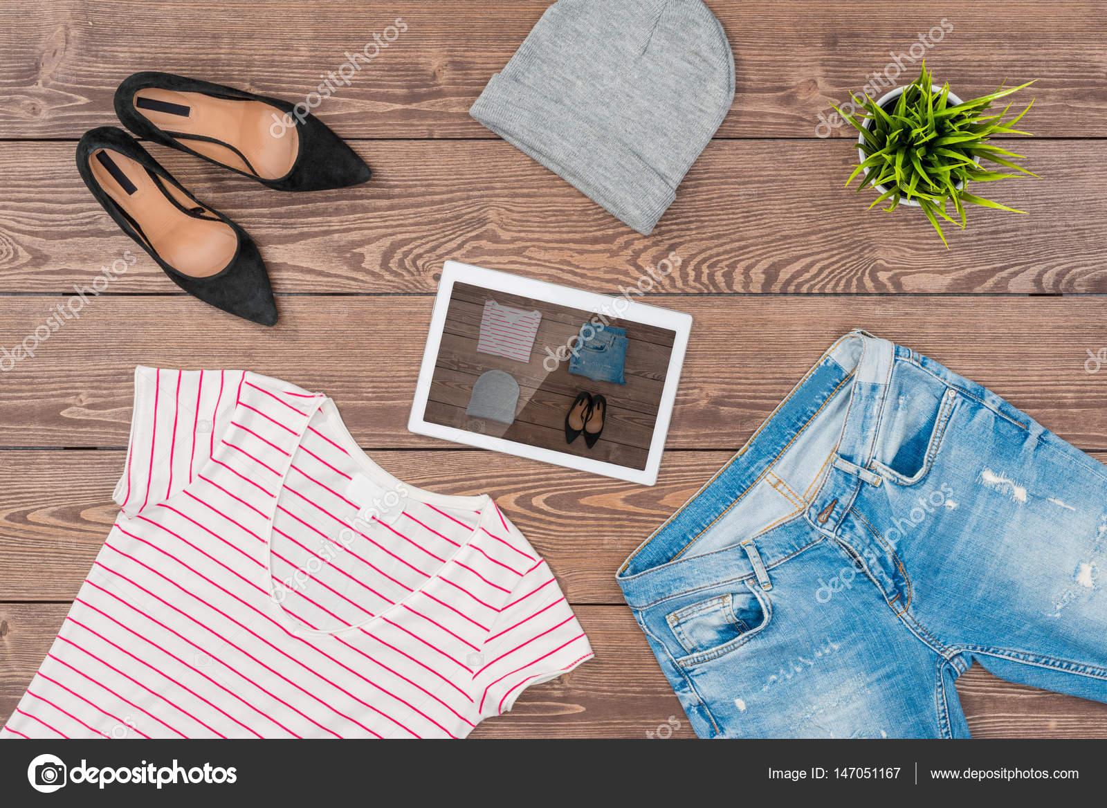 2465c1d44b Conceito de compra on-line com roupa feminina casual — Fotografia de Stock