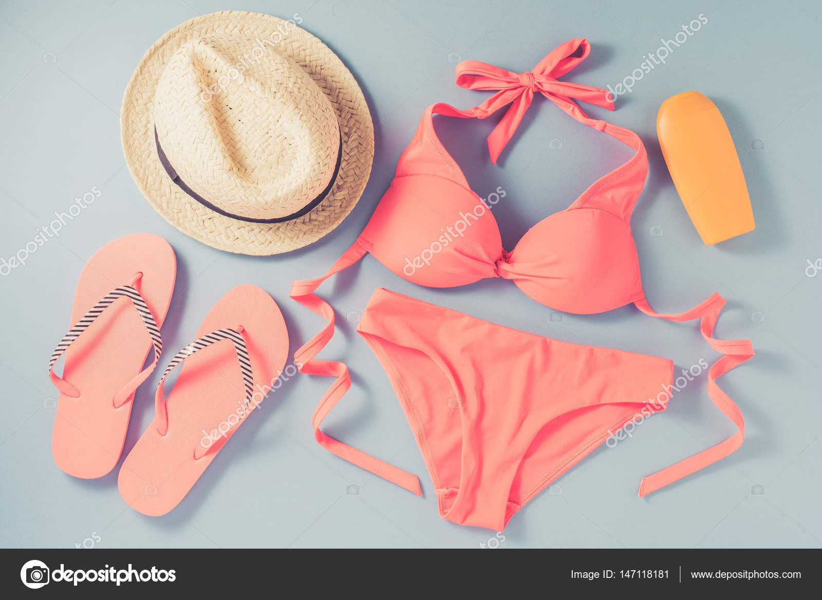 534391906b Ροζ μαγιό με αξεσουάρ παραλίας σε μπλε φόντο — Φωτογραφία Αρχείου ...