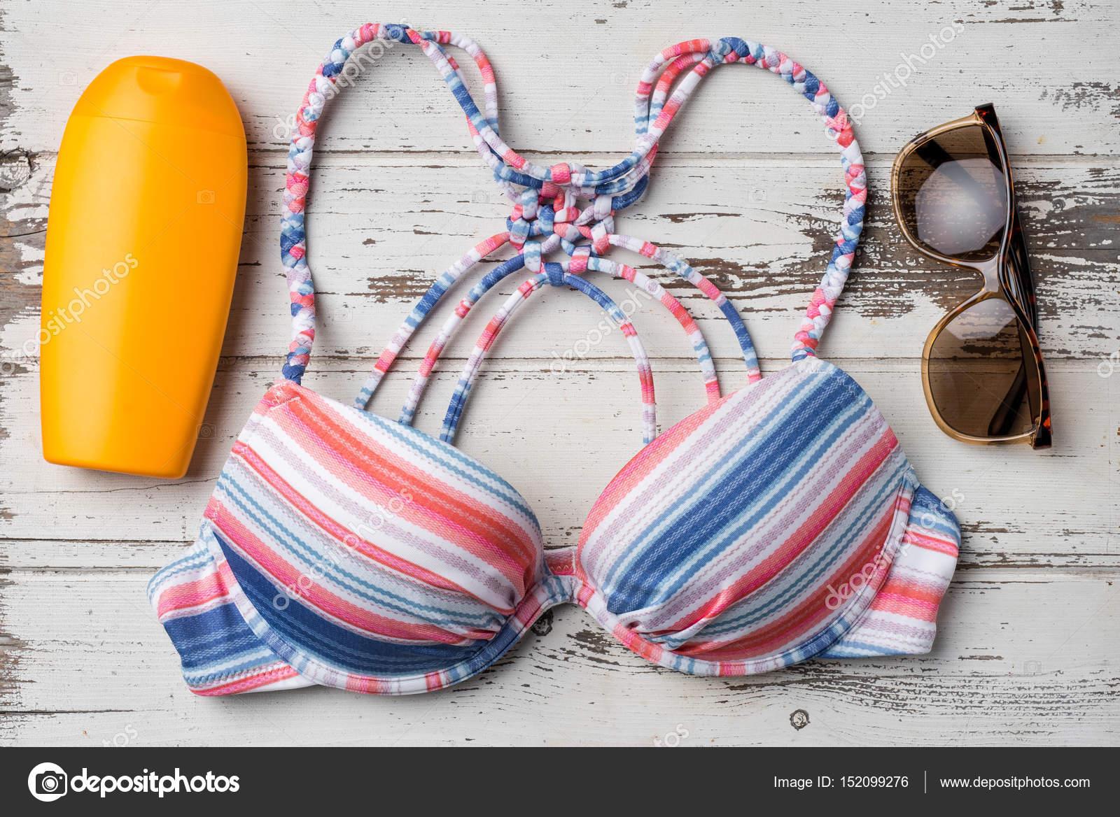 Accessori Da Bagno Colorati.Costume Da Bagno Colorato Con Accessori Da Spiaggia Su Tavola Di