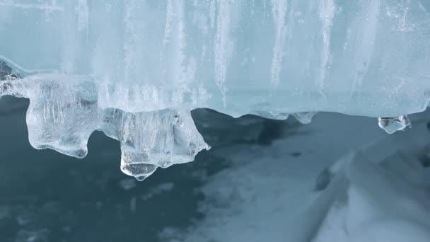 Rampouch na ledě rozmrazování řeky na jaře