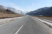 Strada tra le montagne innevate di Altai, Chemalsky Trakt, Russia